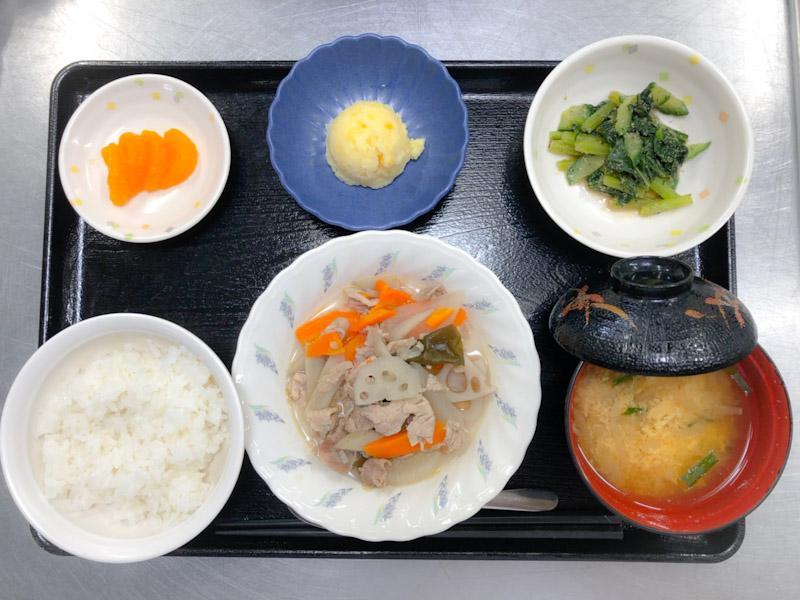 今日のお昼ごはんは、和風ポトフ、青菜のごま和え、コーンポテト、みそ汁、果物でした。
