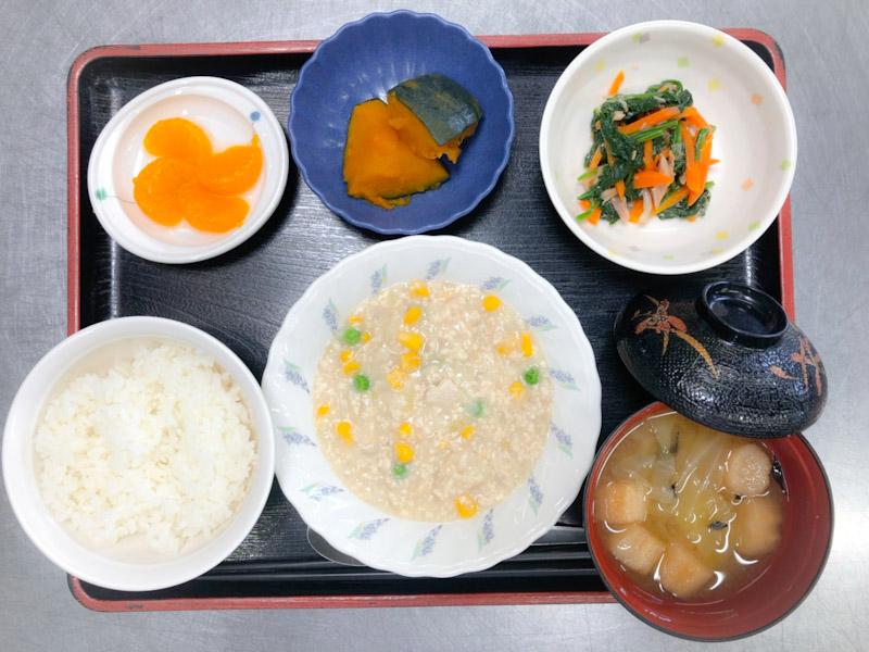 今日のお昼ごはんは、挽肉とコーンのクリーム煮、サラダ、かぼちゃ煮、みそ汁、果物でした。