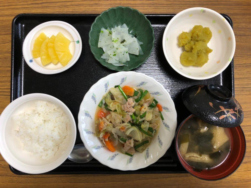 今日のお昼ごはんは、肉野菜炒め、カレー煮、浅漬け、みそ汁、果物でしたかな。