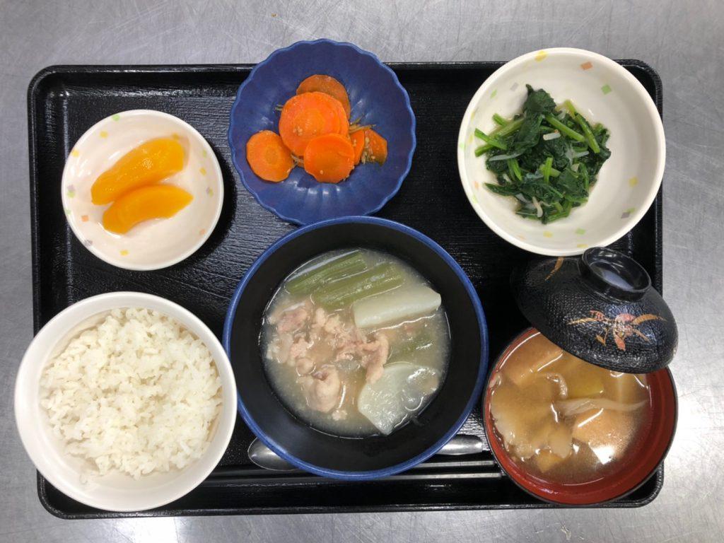 今日のお昼ごはんは、かぶと豚肉の治部煮風、ジャコ人参、ほうれん草の和え物、みそ汁、果物でした。