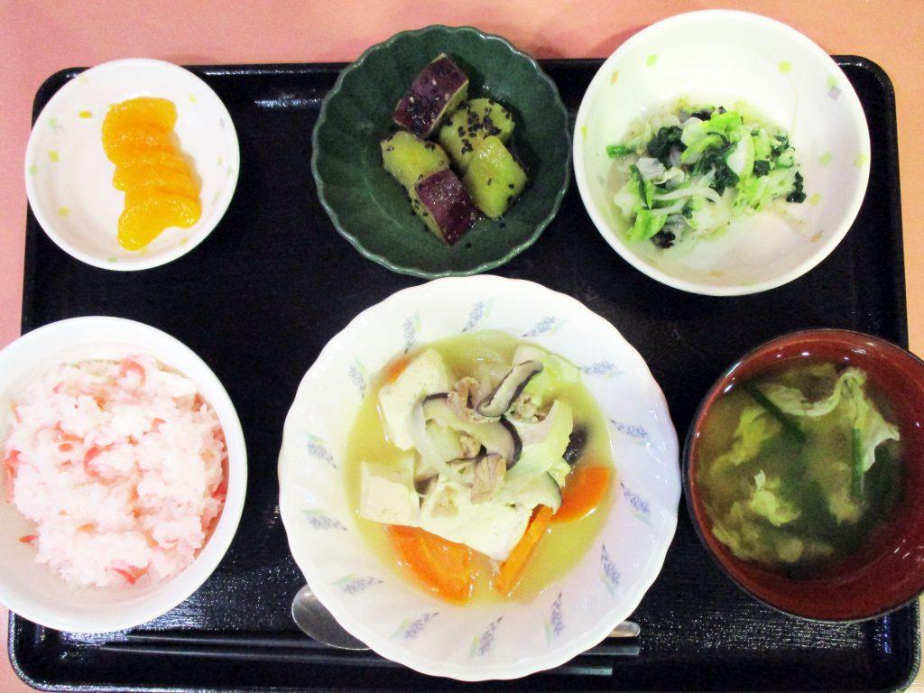 きょうのお昼ごはんは、肉豆腐・焼きのり和え・おさつの甘辛煮・みそ汁・くだものでした。