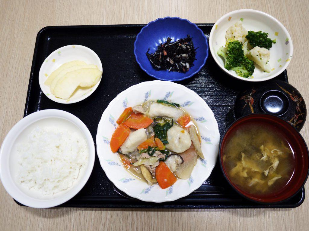 きょうのお昼ごはんは、芋炊き・和え物・ひじきの酢みそ和え・みそ汁・くだものでした。