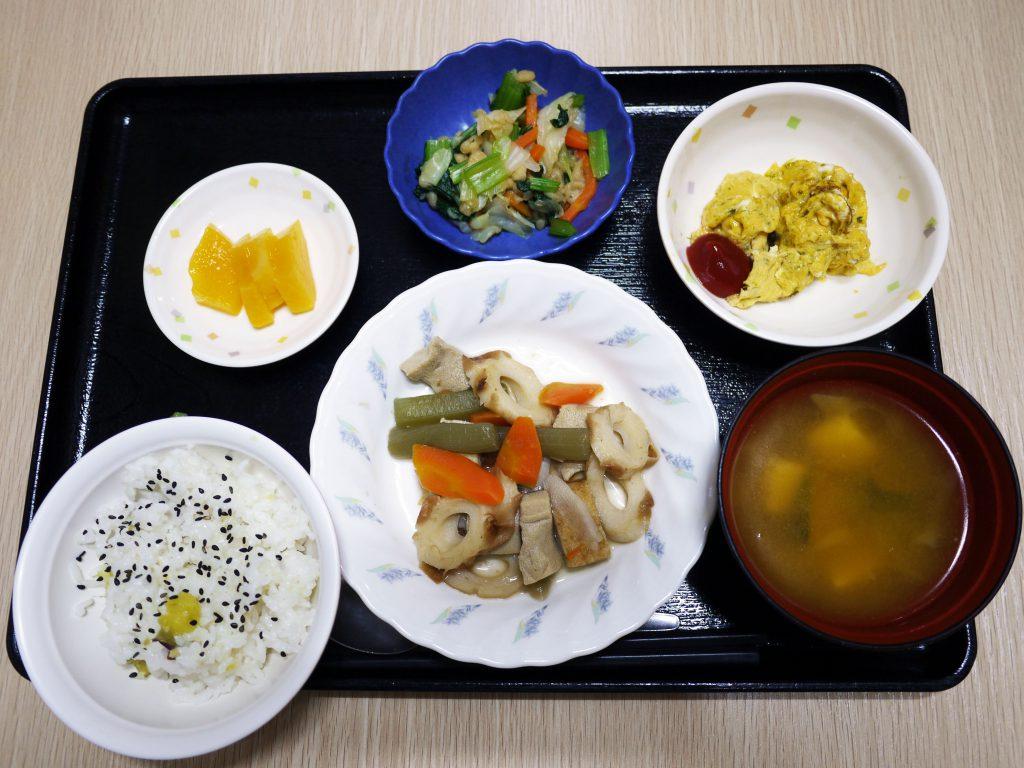 きょうのお昼ごはんは、炊き合わせ・天かす和え・炒り卵・みそ汁・くだものでした。本日は、台風の影響で、暴風圏に入る15時前には、ご帰宅となります。おやつは本日はありません。