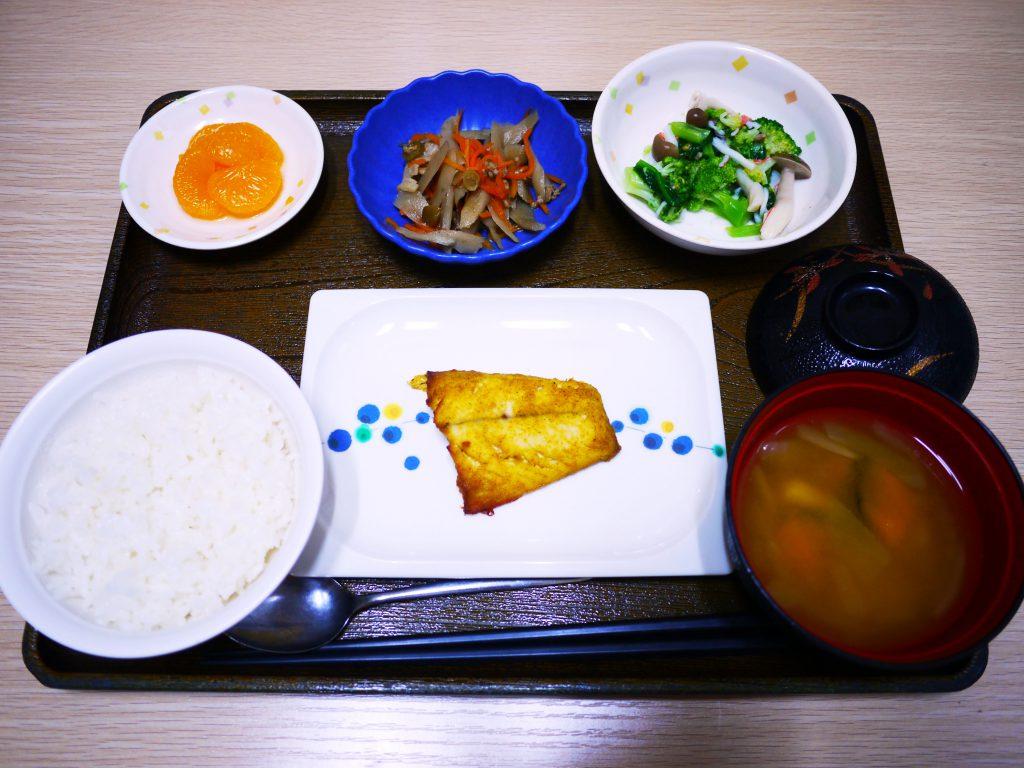 きょうのお昼ごはんは、焼き魚・和え物・煮物・みそ汁・くだものでした。