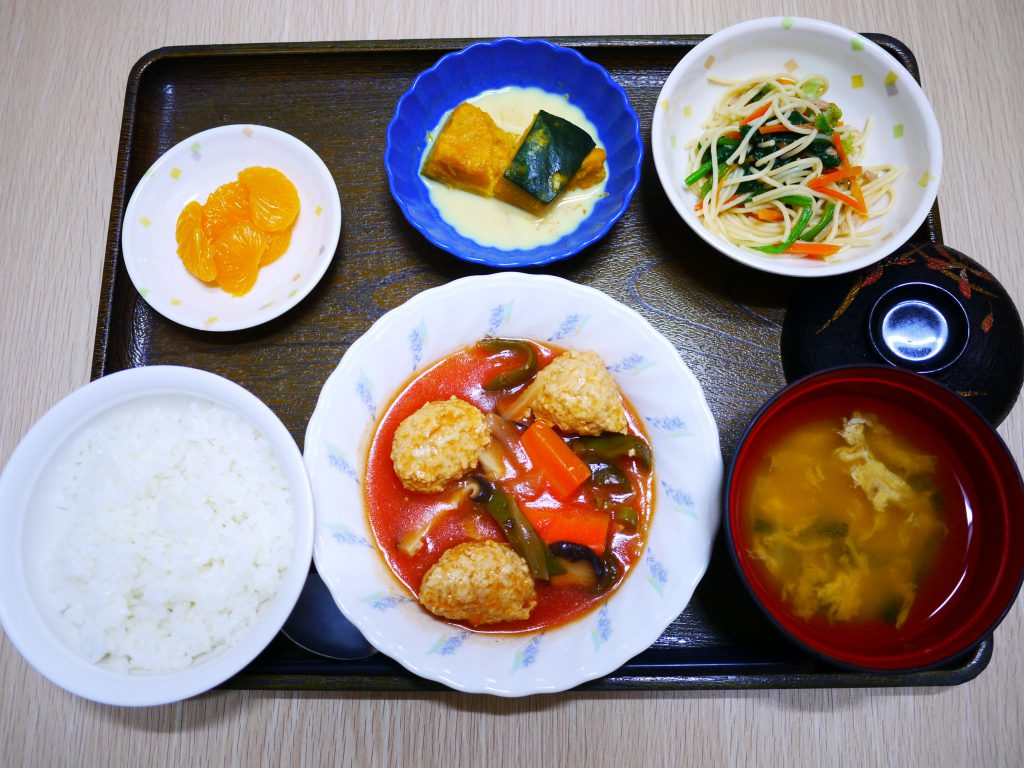 今日のお昼ごはんは、肉だんごのケチャップ煮・大根サラダ・かぼちゃミルク煮・みそ汁・くだものでした。