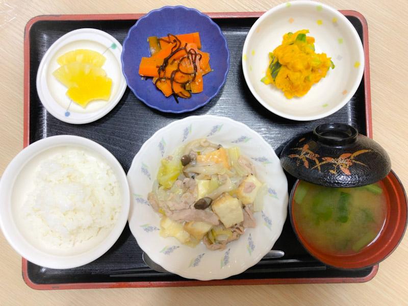 今日のお昼ごはんは、厚揚げとキャベツの塩炒め、かぼちゃサラダ、和え物、みそ汁、果物でした。