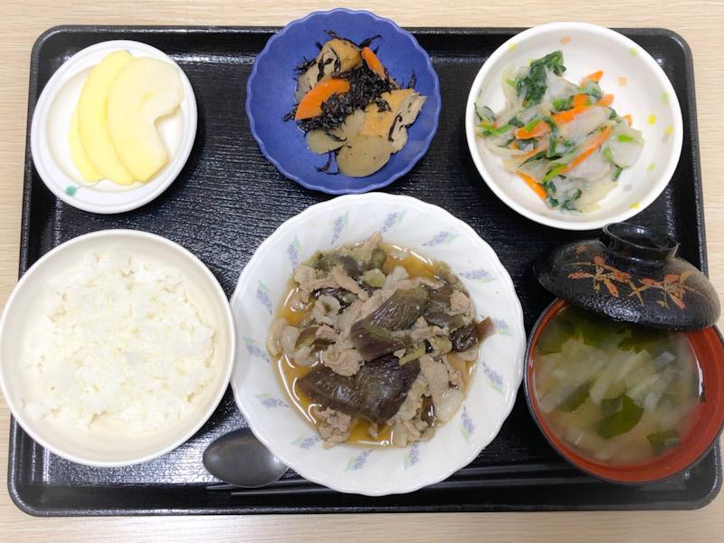 今日のお昼ごはんは、なすと豚肉の生姜煮、つぶし里芋和え、含め煮、みそ汁、果物でした。