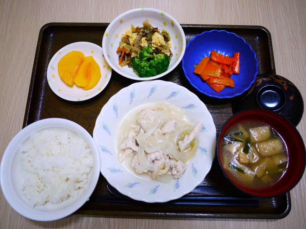 きょうのお昼ごはんは、鶏肉のレモン蒸し・サラダ・コンソメソティー・みそ汁・くだものでした。