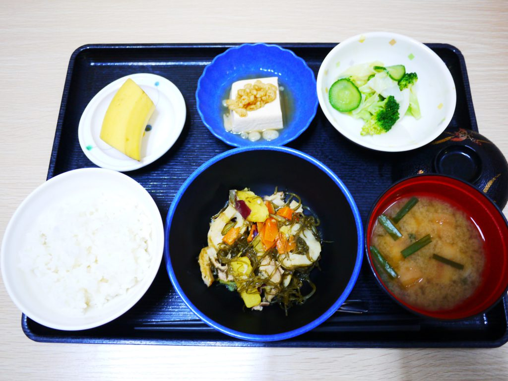 きょうのお昼ごはんは、豚肉と切り昆布の炒め煮・和え物・煮奴・みそ汁・くだものでした。