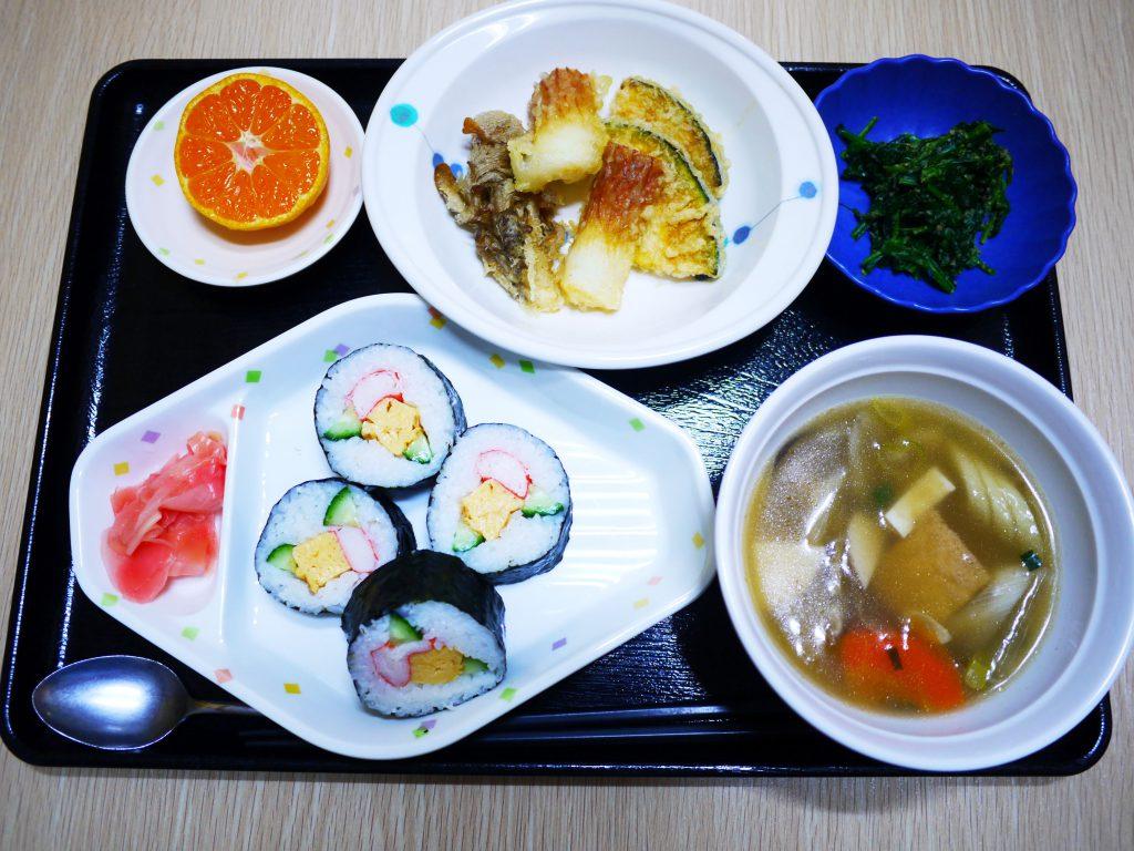 きょうのお昼ごはんは、のり巻き・天ぷら・ごま和え・けんちん汁・くだものでした。