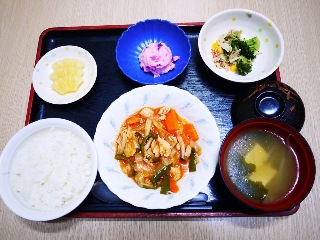 きょうのお昼ごはんは、鶏肉のケチャップ炒め・サラダ・しば漬けポテト・みそ汁・くだものでした。