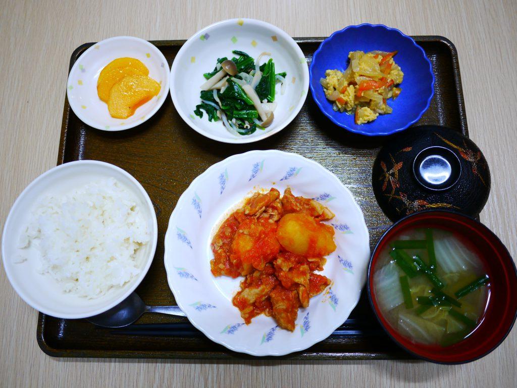 きょうのお昼ごはんは、豚肉とジャガイモのトマトソース煮・ほうれん草ときのこの和え物・玉ねぎの卵とじでした。