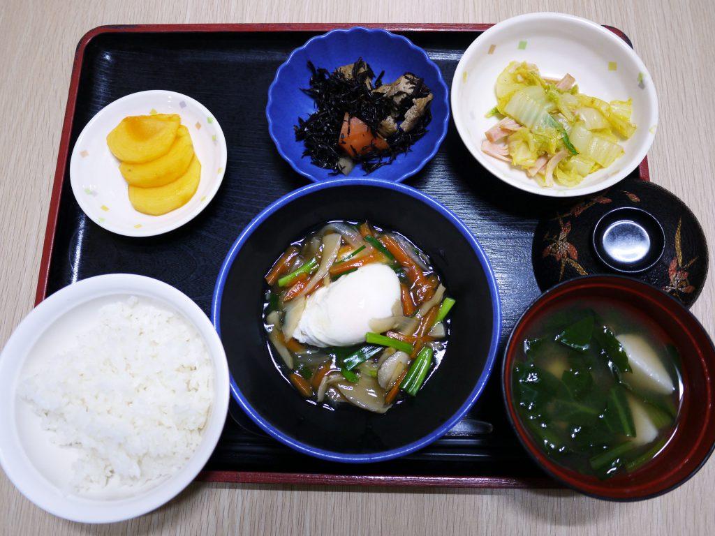きょうのお昼ごはんは、落とし卵の野菜あんかけ・ハムと白菜のカレー和え・煮物・みそ汁・くだものでした。