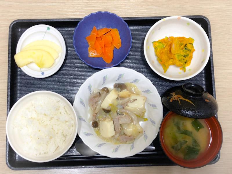 きょうのお昼ごはんは、厚揚げとキャベツの塩炒め、かぼちゃサラダ、人参の粒マスタード和え、みそ汁、果物でした。