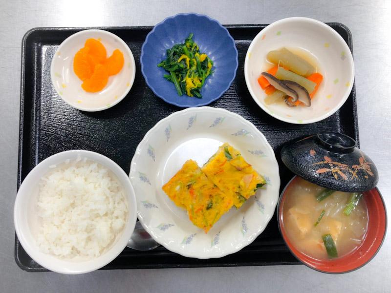 今日のお昼ごはんは、千草焼き、黄菊の和え物、炊き合わせ、みそ汁、果物でした。