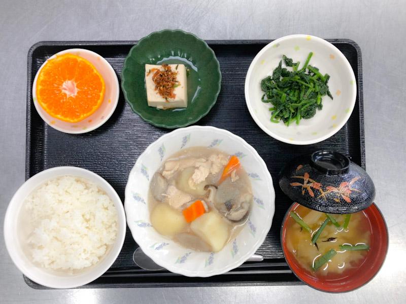 今日のお昼ごはんは、吉野煮、ほうれん草のごま和え、煮奴、みそ汁、果物です。