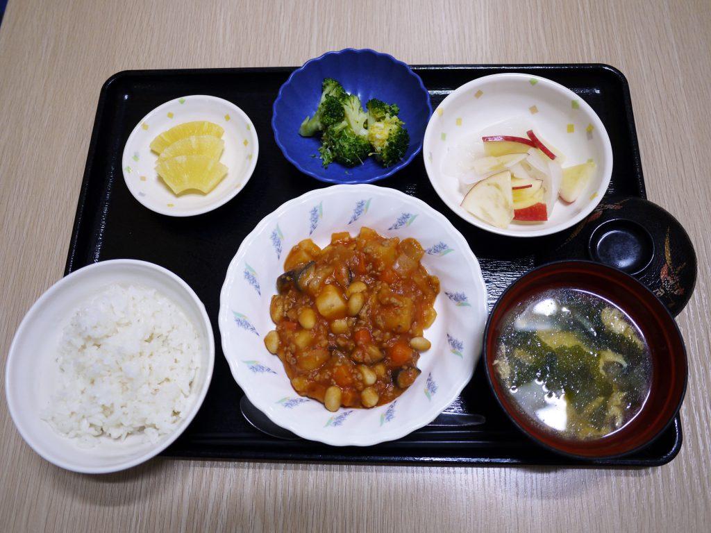 きょうのお昼ごはんは、ポークビーンズ・りんごと大根のサラダ・花野菜・みそ汁・くだものでした。