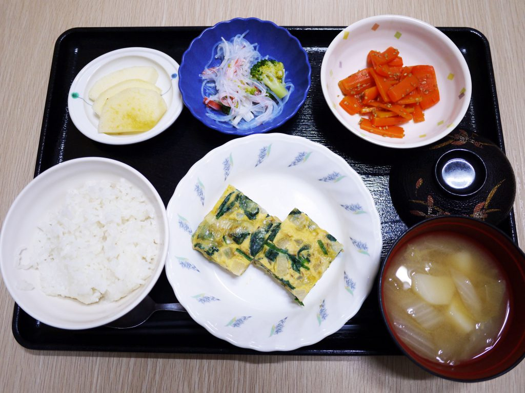 きょうのお昼ごはんは、和風チーズオムレツ・春雨の和え物・人参炒め・みそ汁・くだものでした。