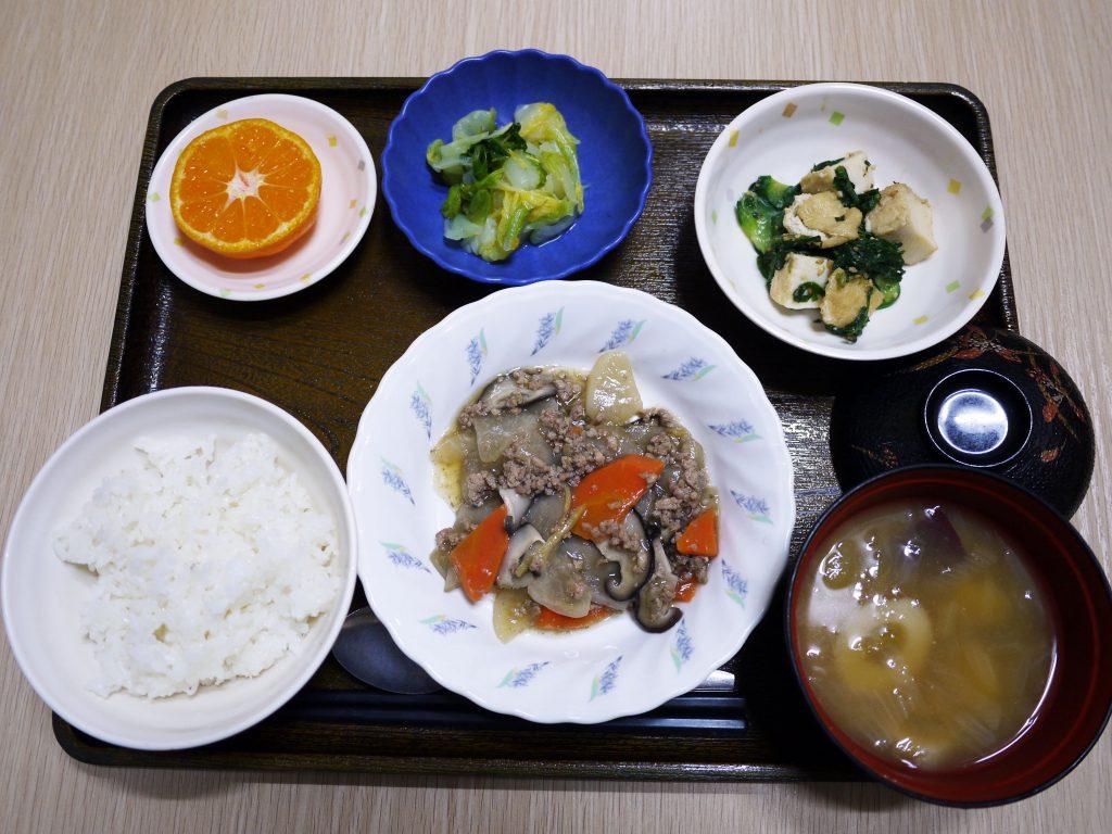 きょうのお昼ごはんは、根菜のそぼろ煮・絹あげと春菊の和え物・浅漬け・みそ汁・くだものでした。