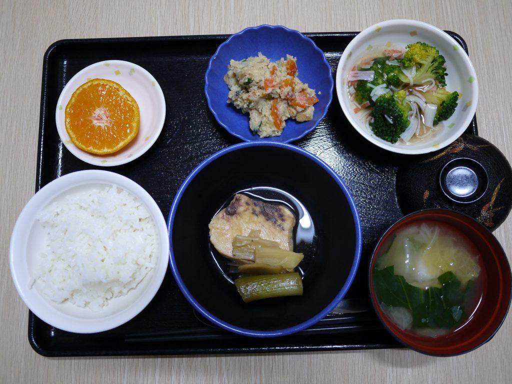 きょうのお昼ごはんは、煮魚・炒りおから・ブロッコリーのかにかまあん・みそ汁・くだものでした。