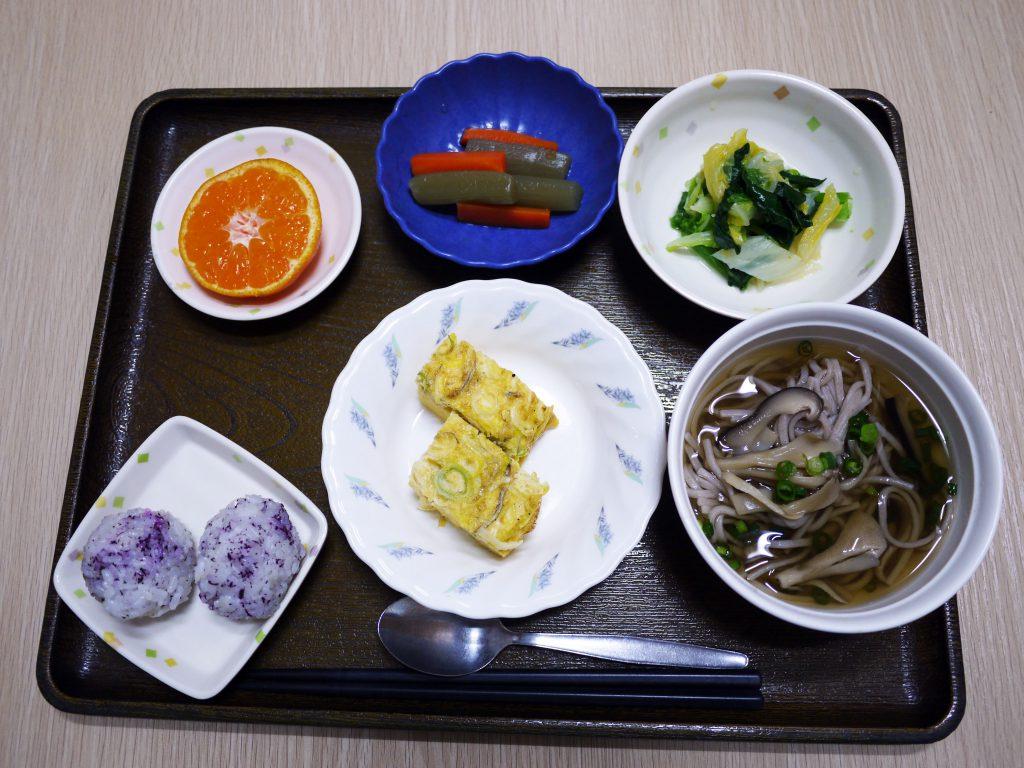 きょうのお昼ごはんは、お蕎麦・じゃこねぎ卵焼き・青菜の旨味和え・含め煮・みそ汁・くだものでした。