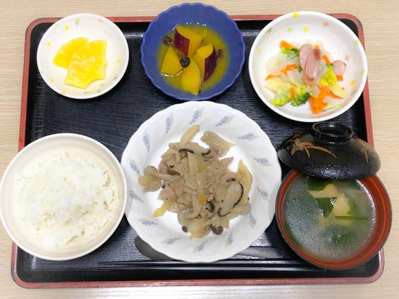 今日のお昼ごはんは、豚肉とたっぷりきのこの炒め物、サラダ、さつま芋のオレンジ煮、みそ汁、果物でし。
