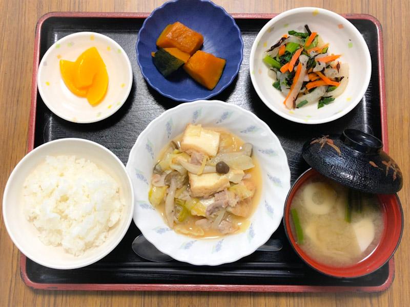 今日のお昼ごはんは、キャベツと厚揚げの塩炒め、ひじき和え、含め煮、みそ汁、果物でした。