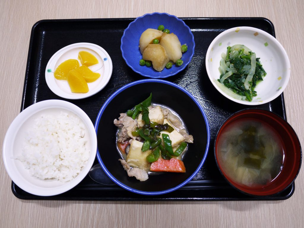きょうのお昼ごはんは、豚肉と厚揚げのみそ炒め・春菊のナルム・じゃが煮・みそ汁・くだものでした。