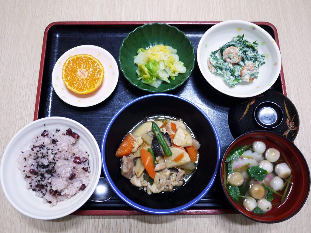 きょうのお昼ごはんは、お赤飯・筑前煮・エビと春菊の白和え・ゆず浸し・お吸い物・くだものでした。