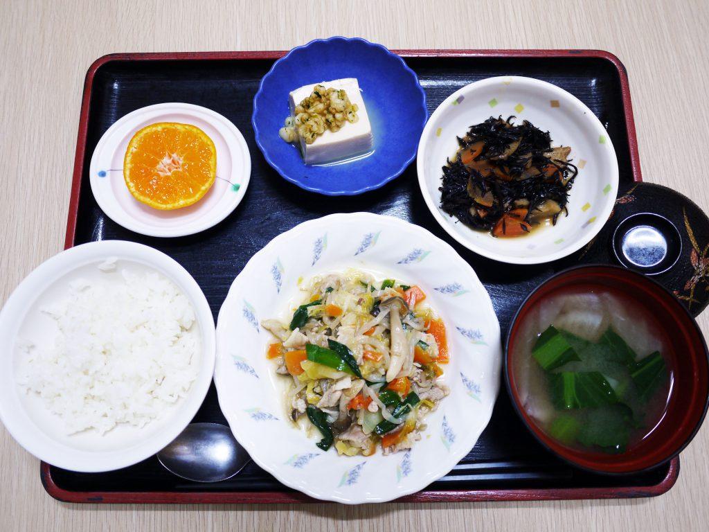 きょうのお昼ごはんは、肉野菜炒め・ひじき煮・煮奴・みそ汁・くだものでした。