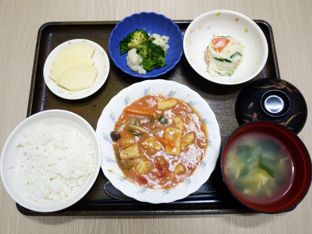 きょうのお昼ごはんは、メカジキのトマト煮・ポテトサラダ・花野菜・みそ汁・くだものでした。