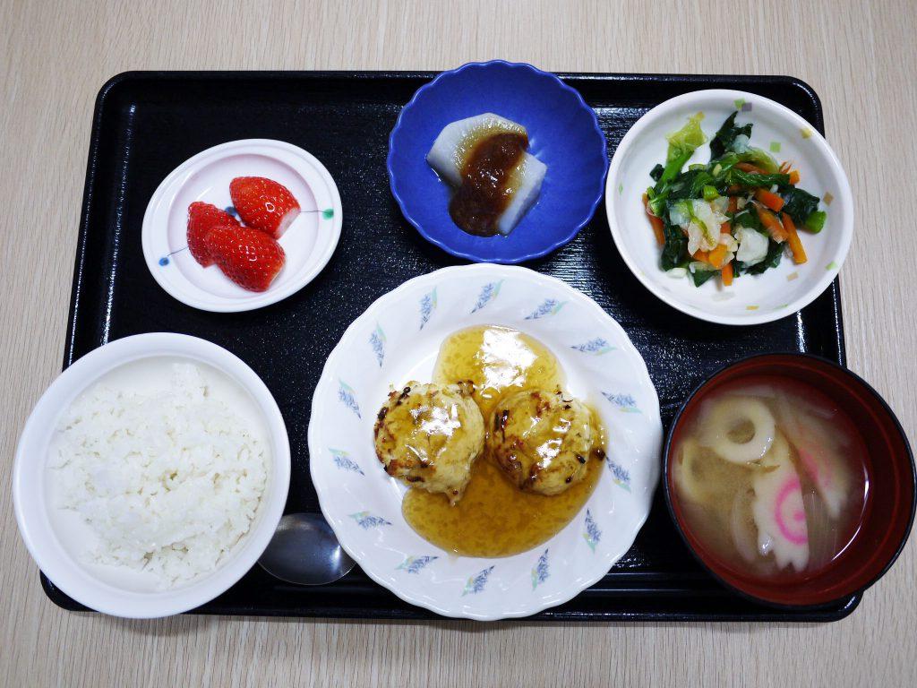きょうのお昼ごはんは、オクラとモヤシのつくねバーグ・薬味和え・ふろふき大根・みそ汁・くだものでした。