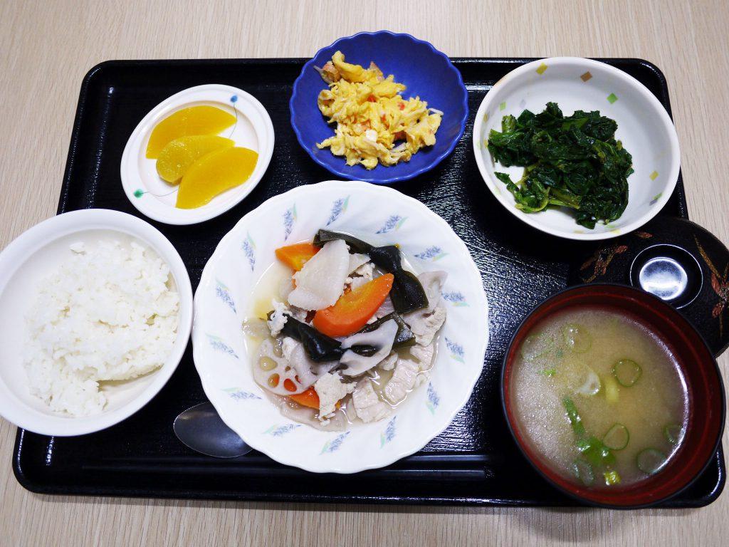 きょうのお昼ごはんは、和風ポトフ・青菜和え・炒り卵・みそ汁・くだものでした。