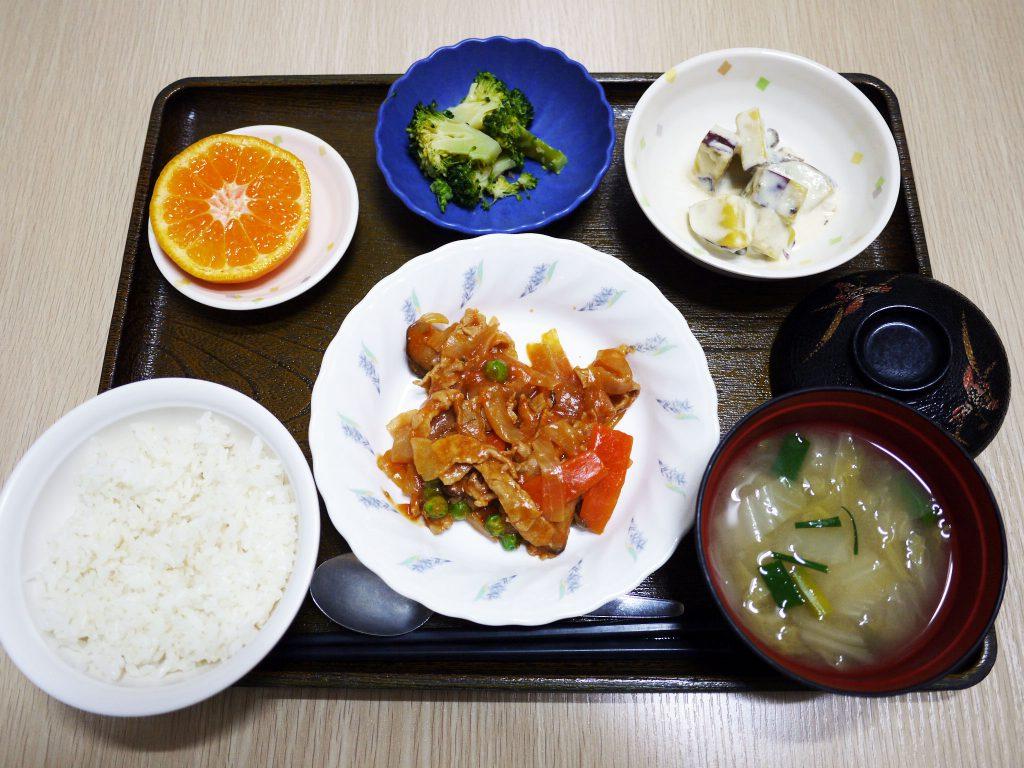 きょうのお昼ごはんは、ポークチャップ・甘ずっぱおさつサラダ・生姜和え・みそ汁・くだものでした。