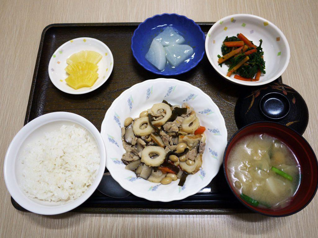きのうのお昼ごはんは、大豆五目煮・和え物・ふろふき大根・みそ汁・くだものでした。