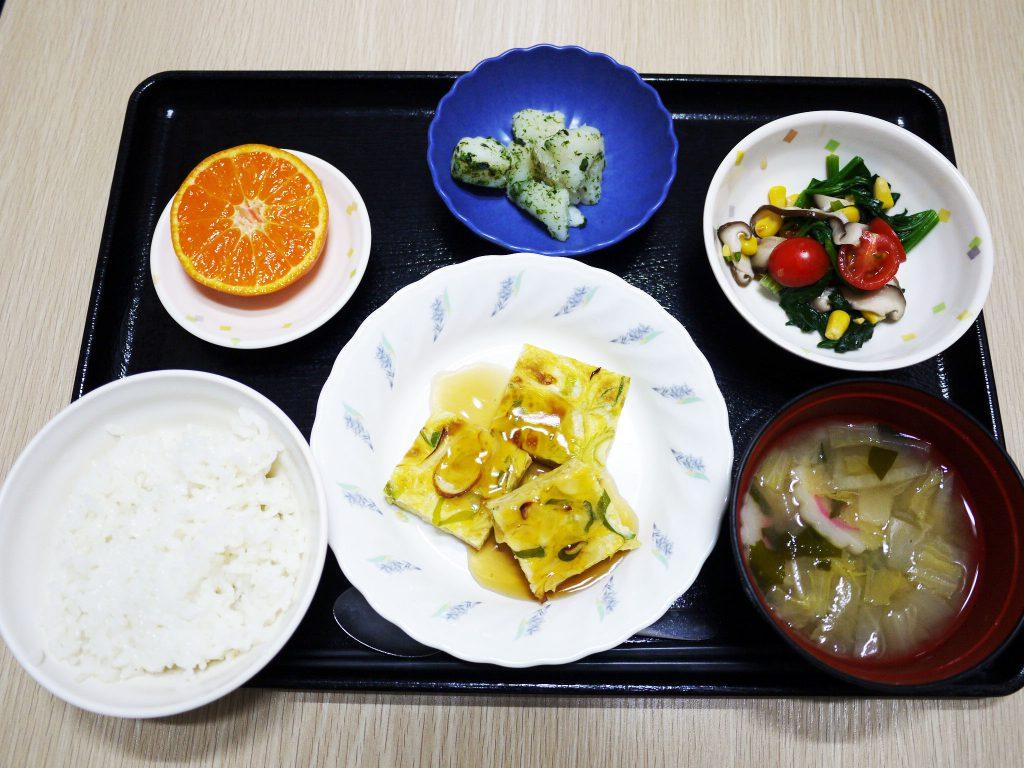 きょうのお昼ごはんは、ねぎ卵焼きの甘酢あんかけ・中華あえ・のり塩ポテト・みそ汁・くだものでした。