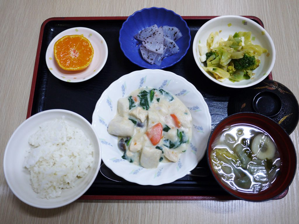 きょうのお昼ごはんは、豆乳シチュー・サラダ・ゆかり大根・みそ汁・くだものでした。