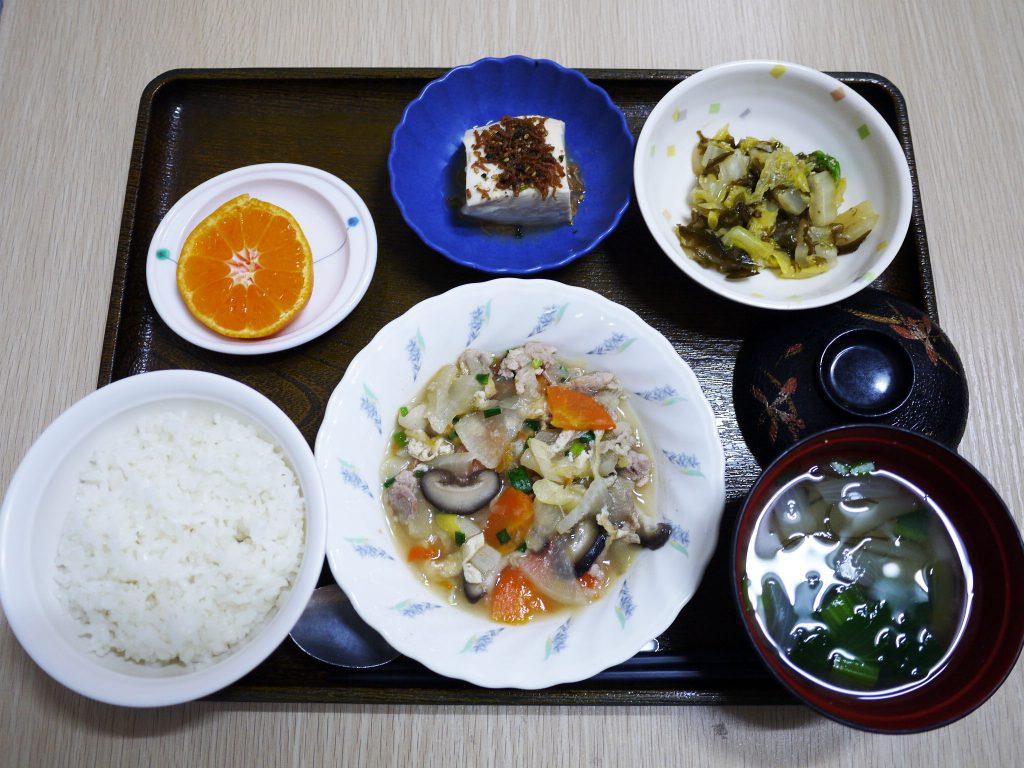 きょうのお昼ごはんは、豚肉と根菜の炒め煮・白菜のゆず浸し・煮奴・みそ汁・くだものでした。
