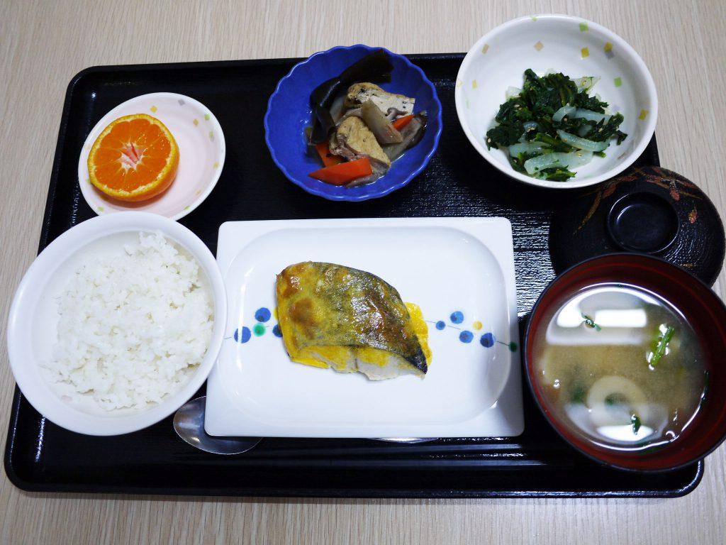 きょうのお昼ごはんは、鰆の黄味焼き・春菊と大根のナムル・含め煮・みそ汁・くだものでした。