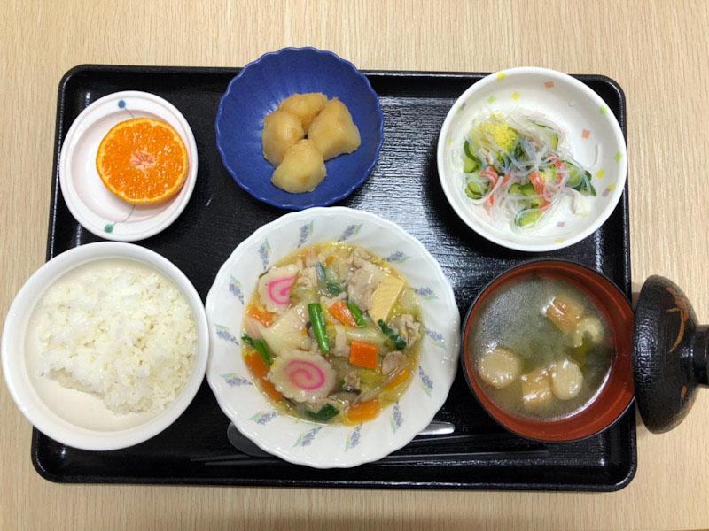 きょうのお昼ごはんは、八宝菜・春雨の酢の物・じゃが煮・みそ汁・くだものでした。