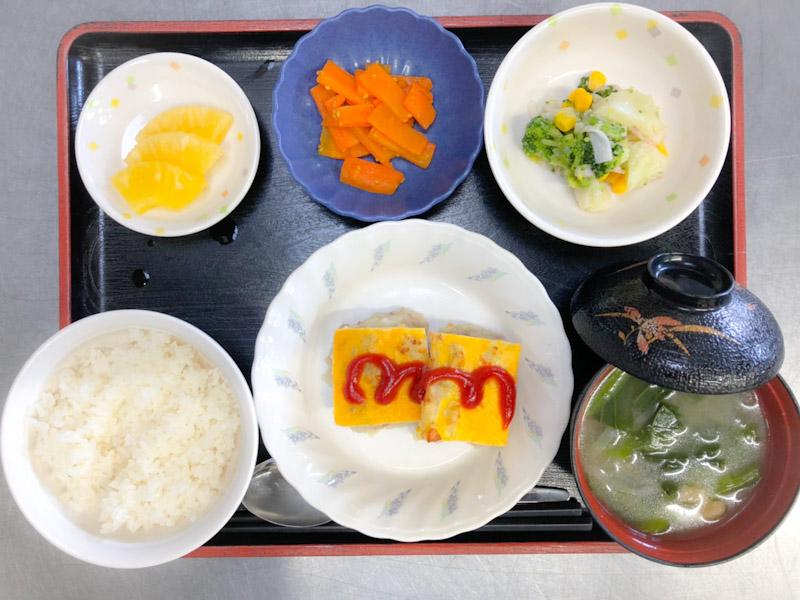 今日のお昼ごはんは、挽肉とじゃがいものピカタ、花野菜サラダ、煮物、みそ汁、果物でした。