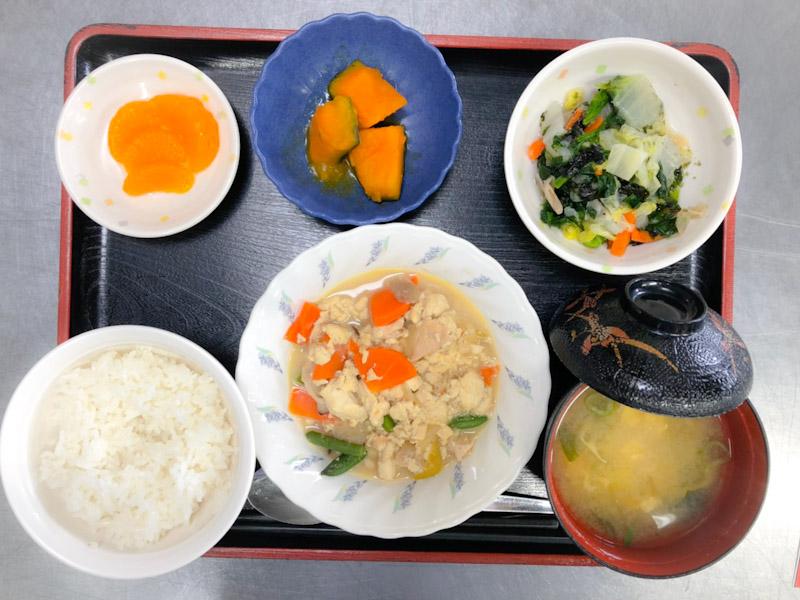 今日のお昼ごはんは、炒り豆腐、焼きのり和え、かぼちゃ煮、みそ汁、果物でした。