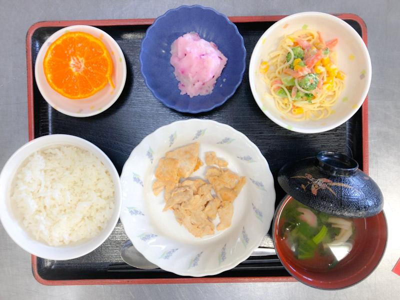 今日のお昼ごはんは、タンドリーチキン、スパゲティサラダ、しば漬けポテト、みそ汁、果物でした。