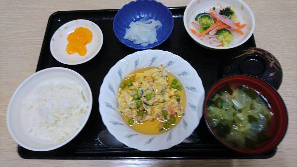 今日のお昼ご飯は かにたま、中華和え、レモン大根、みそ汁、果物です