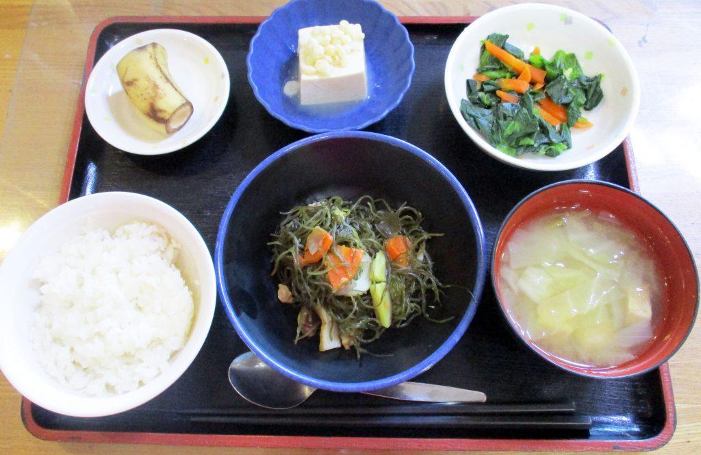 きょうのお昼ごはんは、豚肉と切り昆布の煮物・青菜のからし和え・煮奴・みそ汁・くだものでした。