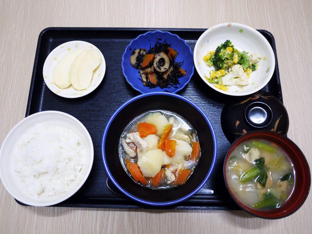 きょうのお昼ごはんは、鶏肉のあっさり煮・みそマヨ和え・ひじき煮・みそ汁・くだものです。