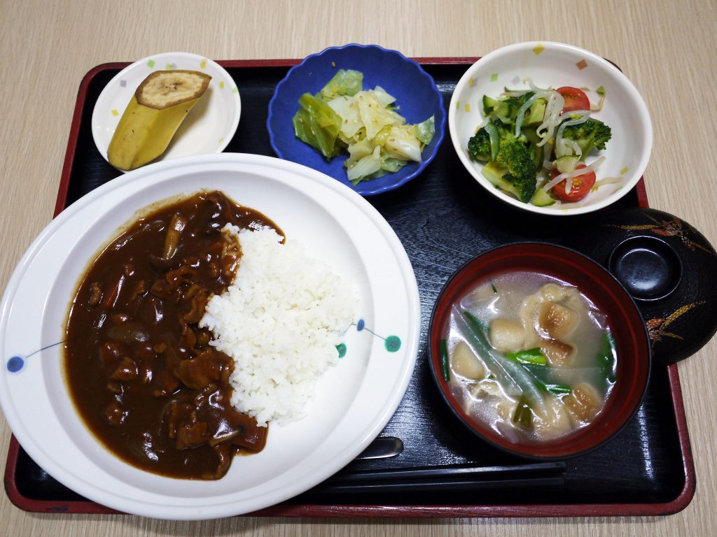 きょうのお昼ごはんは、ハヤシライス・花野菜サラダ・浅漬け・みそ汁・くだものでした。
