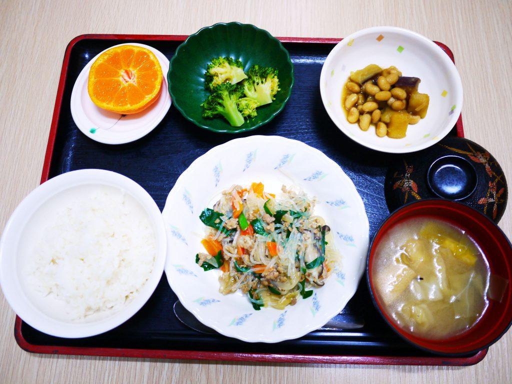 きょうのお昼ごはんは、挽肉と春雨の中華煮・生姜和え・人参の和風ピクルス・みそ汁・くだものでした。
