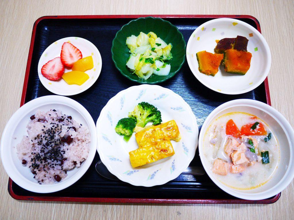 きょうのお昼ごはんは、お赤飯・塩鮭と根菜の粕汁・卵焼き・かぼちゃ煮・お浸し・くだものでした。