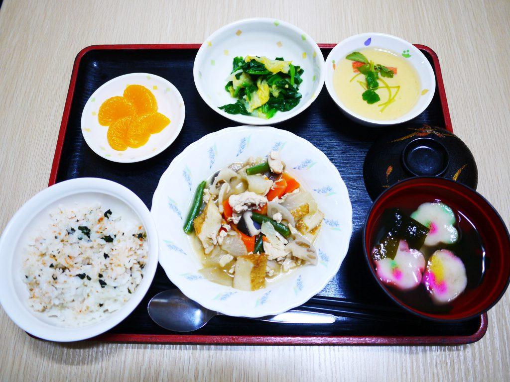 きょうのお昼ごはんは、筑前煮・茶碗蒸し・お浸し・お吸い物・くだものでした。